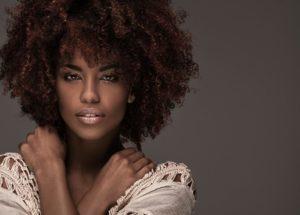 Cabelos afros: Cortes, tranças, penteados, alisados, com franja e muito mais tendências!
