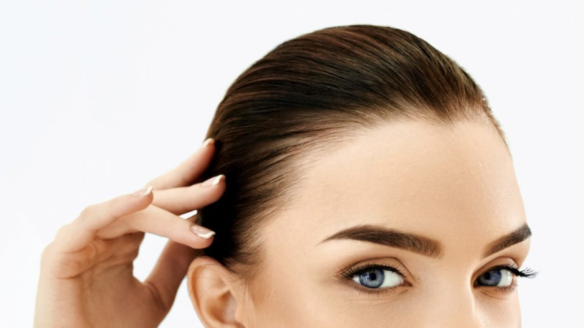 mulher mostrando as sobrancelhas