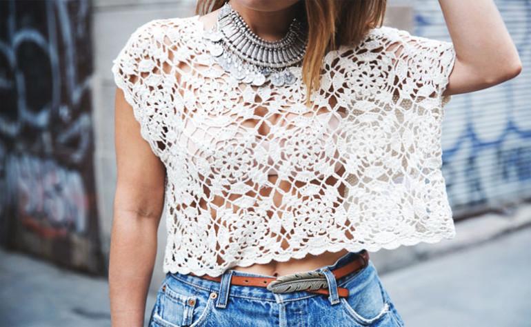 mulher vestindo blusa de crochê