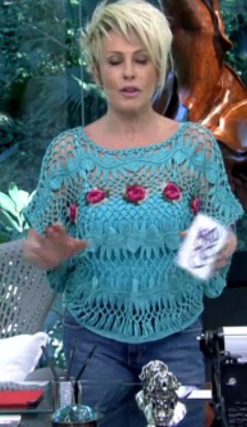 ana maria com blusa de crochê