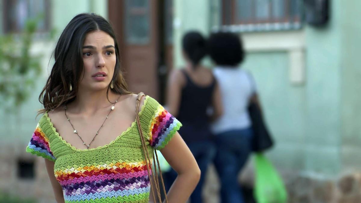 isis valverde com blusa de crochê colorida