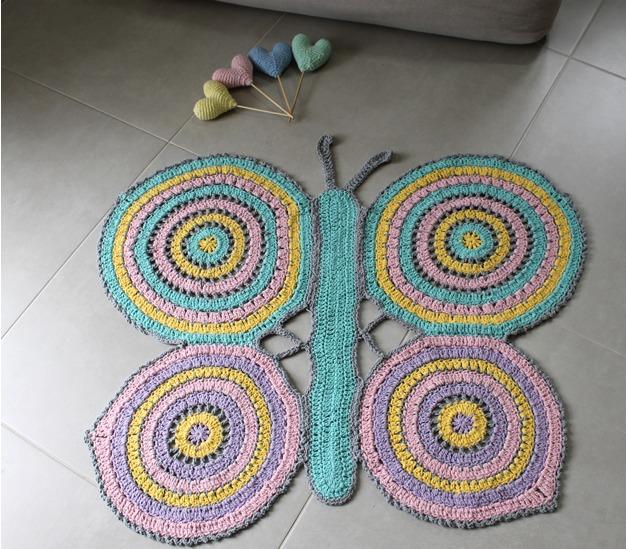 tapete de borboleta feito de crochê de barbante