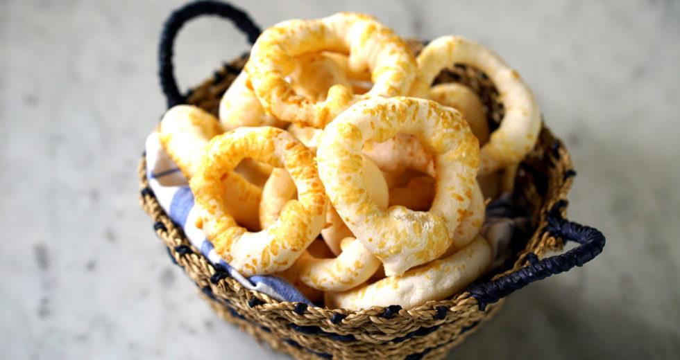 Receita de biscoito de povilho, frito, água e sal, maizena, queijo!