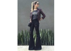 Calça flare: Veja inspirações de look para o dia a dia, com jeans, com bota e mais!