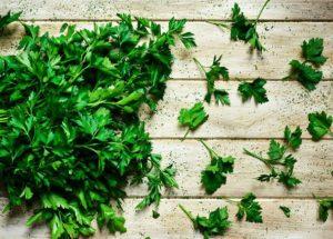 Chá de salsa: Para que serve? Ajuda emagrecer? Como preparar um? Esclarecemos tudo para você!