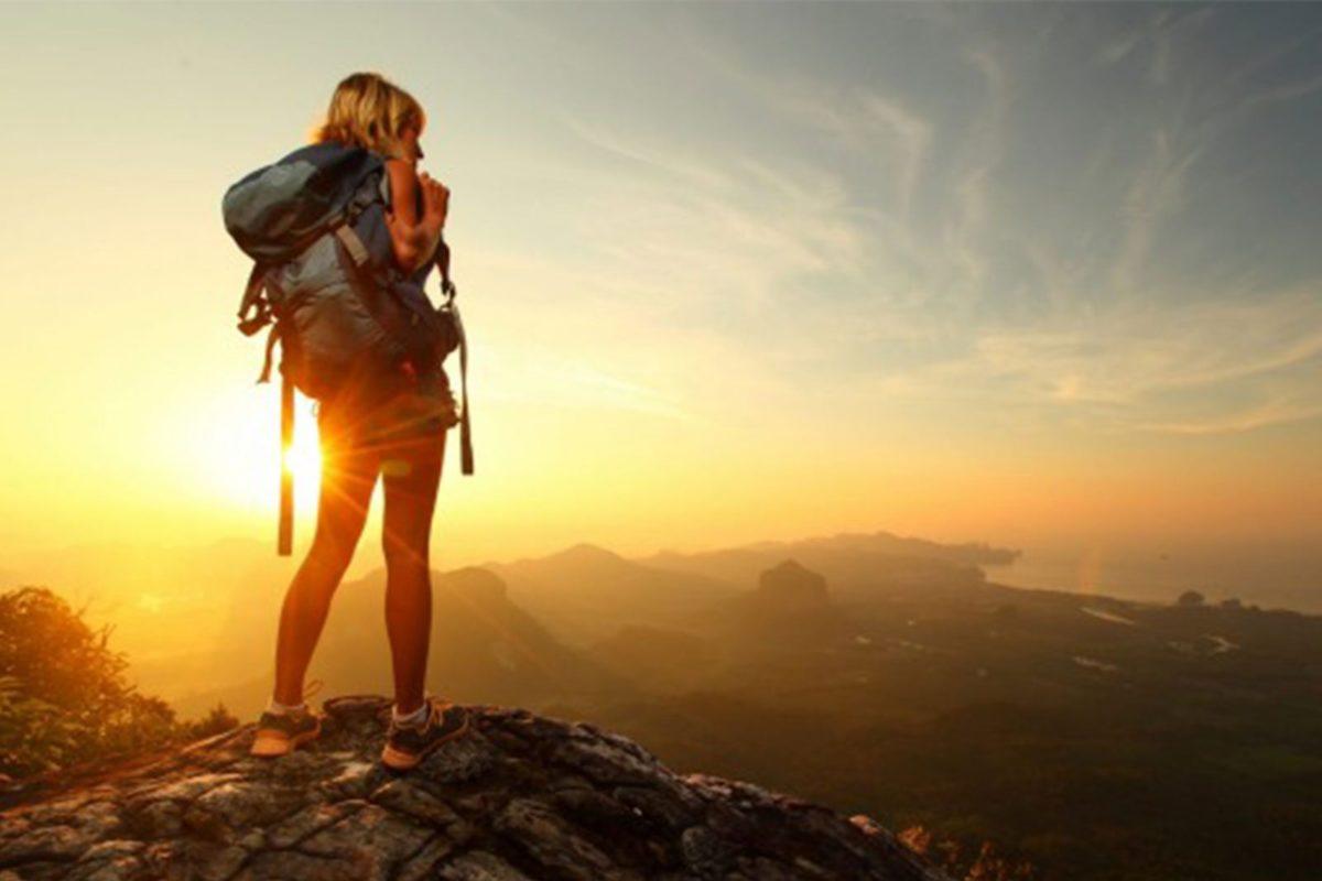 foto de uma mulher sozinha nas montanhas