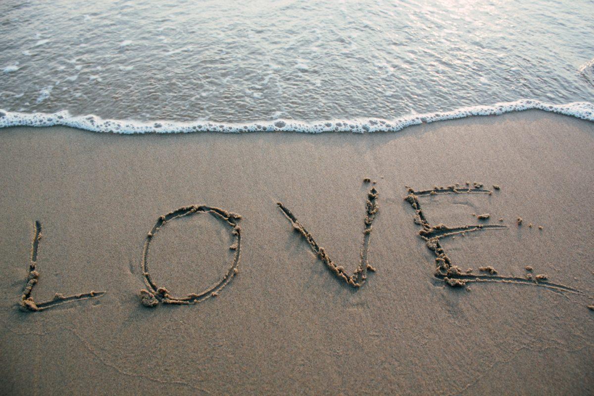 love escrito na areia