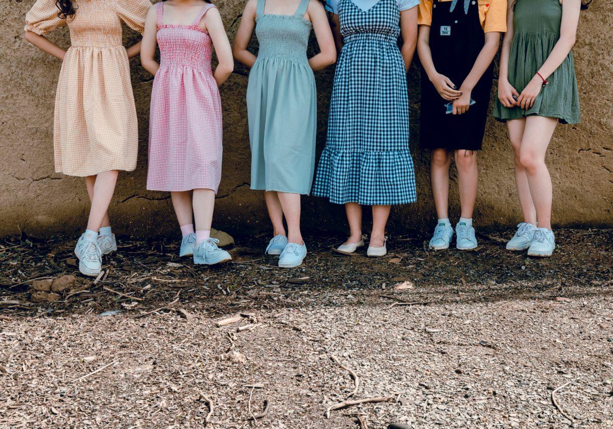 fotos de amigas com vestidos coloridos