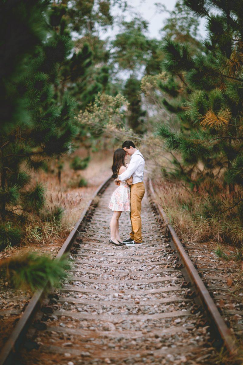 foto de amor de um casal no campo
