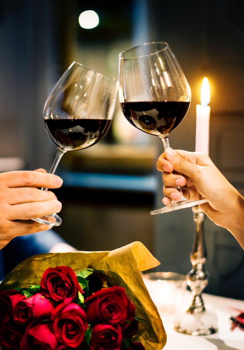 taças de vinho em um jantar romântico
