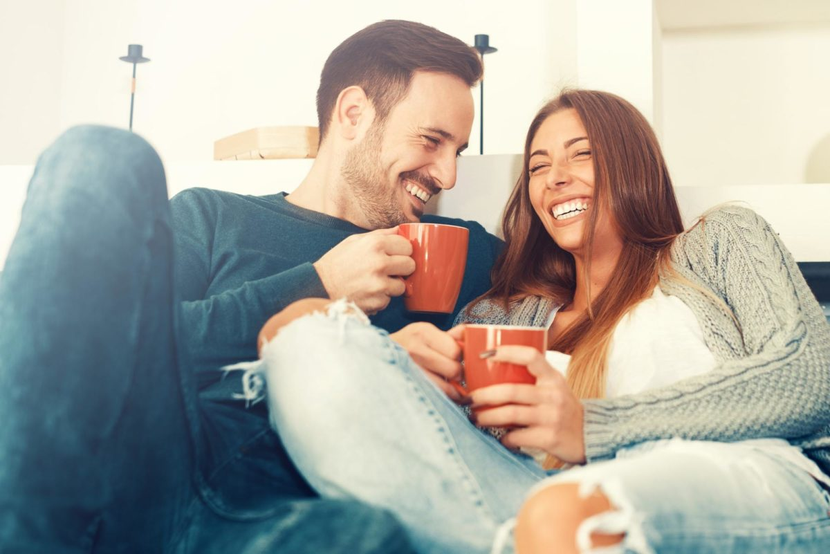 foto de amor de casal sorrindo e bebendo café