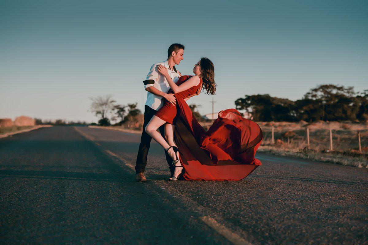 foto de casal na rua dançando