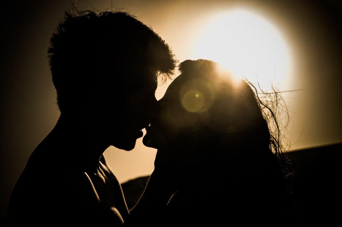 foto de casal beijando