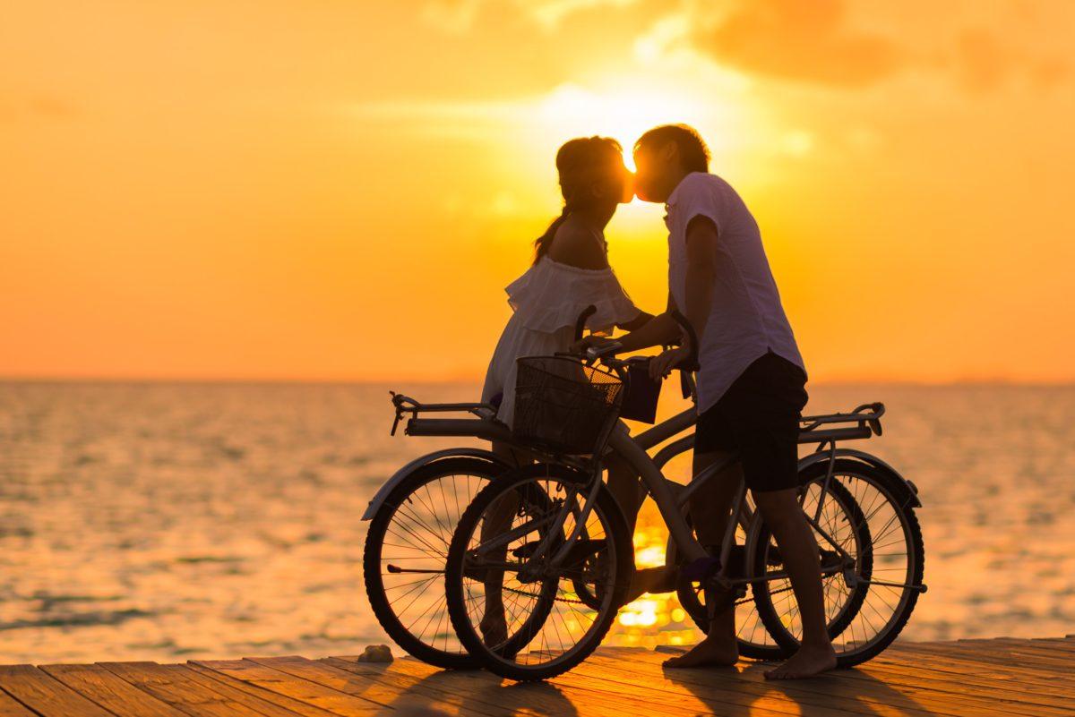 foto de casal andando de bicicleta