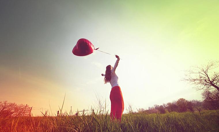 foto de menina segurando balão