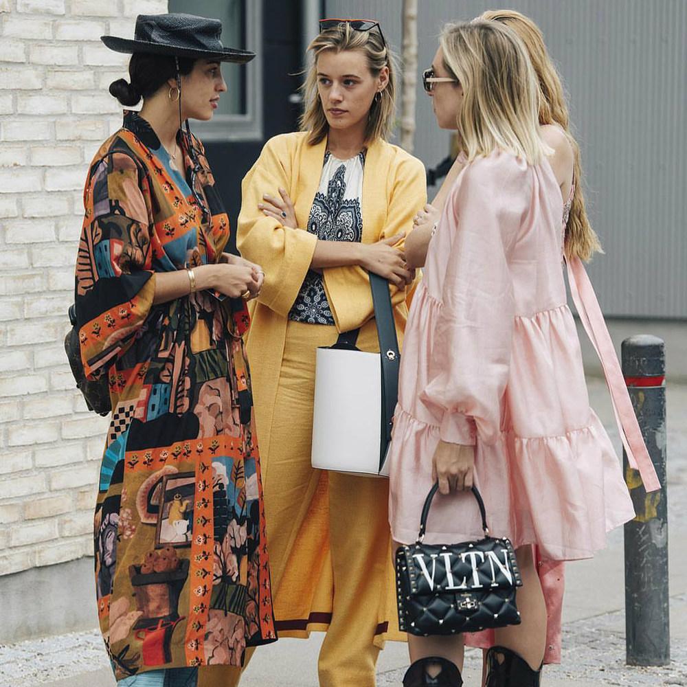 mulheres com kimonos femininos