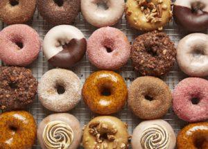 Donuts de doce de leite, chocolate, assado, americano…Passo a passo para fazer em casa!